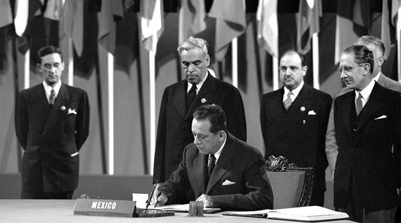 Ezequiel Padilla, Secretario de Relaciones Exteriores, firmando la Carta de la ONU el 26 de Junio de 1945